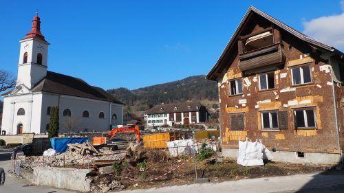 Neben der Kirche werden zwei Gebäude abgerissen. Das schafft Platz – wofür genau, darüber darf noch nachgedacht werden.Egle