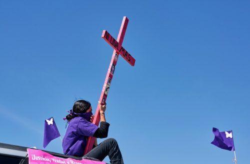 """""""Nicht eine mehr"""" steht auf dem Kreuz dieser Frau, die ein Ende von Femiziden und Gewalt an Frauen in Ciuadad Juarez, Mexiko, fordert. reuters"""