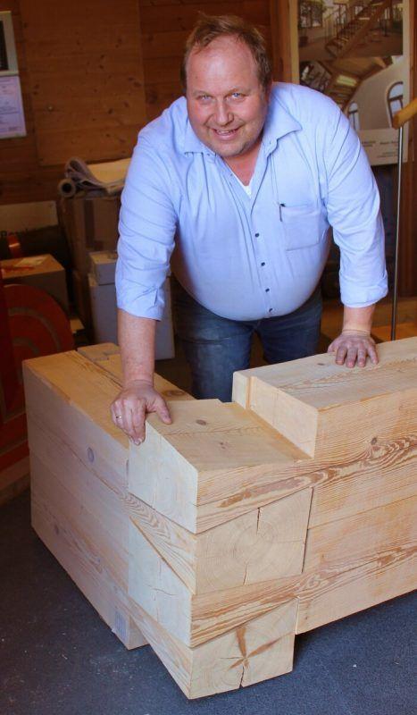 """Nicht von ungefähr steht am Eingang zum Büro ein """"Strickmuster"""", an dem Harald Berchtold die Holzbautechnik erläutert."""