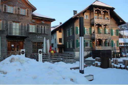 """Noch liegen Schneemassen im """"Gemeinschafts-Gastgarten"""", mit dem Alberschwende im Sommer 2020 für Furore sorgte, aber bald soll wieder """"Leben"""" einkehren."""