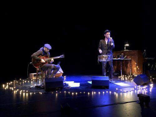 Oliver Rath und Luzian Hirzel mit Songs von Tom Waits auf der Bühne des Vorarlberger Landestheaters.tiefenbacher