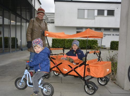 Oma Johanna, Enkelin Luzia Johanna und Enkel Oskar Friederich kamen mit einem exklusiven Gefährt, die Suppe abzuholen.eh