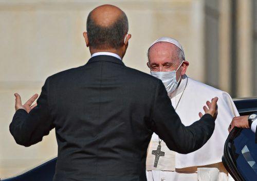 Papst Fanziskus wird von Staatschef Barham Salih im Präsidentenpalast begrüßt. AFP