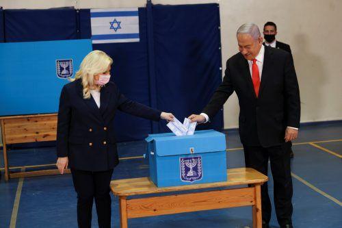Premierminister Benjamin Netanjahu und Ehefrau Sara stimmten in einem Wahllokal in Jerusalem ab. Reuters