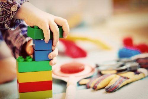 Räumlichkeiten und Spielsachen erforschen im Eltern-Kind-Treff.D. Hartmann