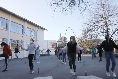 Rund 200 Rankweiler Schüler beteiligen sich voll motiviert an der ersten Rope Skipping Challenge.VN/TK
