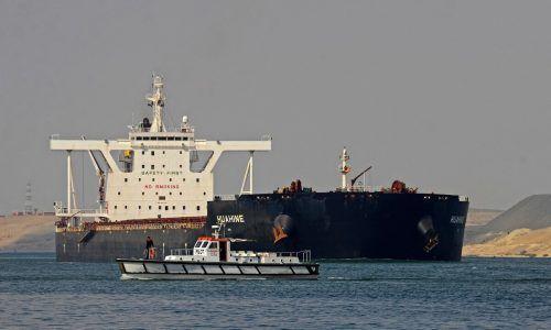 Rund 300 Schiffe warten nach wie vor auf die Durchfahrt. AFP