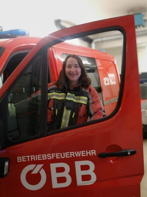 Sarina Breuß geht auch bei den ÖBB durchs Feuer: Die junge Dünserin ist für die Betriebsfeuerwehr im Einsatz. PRivat