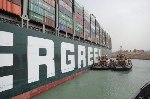 Schlepperboote versuchen, das Schiff wieder flott zu bekommen. AP