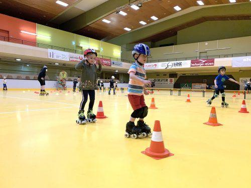 Schon die Kleinsten versuchen sich auf Rollschuhen beim ersten Training seit langer Zeit.RHC