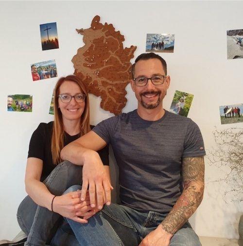 Sie stecken hinter dem Alpen(s)pinner: Mario Tischner und seine Frau Sarah sind bekennende Bergfexe und haben die Kork-Gipfelkarte entwickelt.Tischner