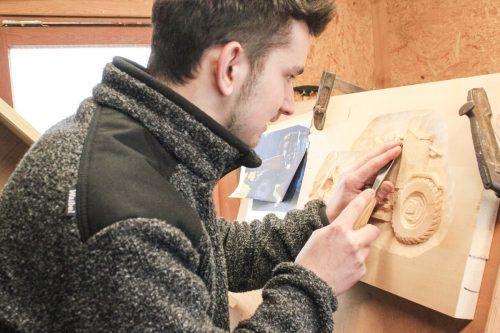Simon Madlener zeigt stolz eine seiner ersten Masken, die er geschnitzt hat.JUN
