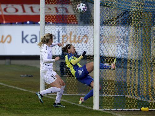 St. Pöltens Alexandra Biroova kann den Gegentreffer zum 0:1 nicht mehr abwenden.gepa