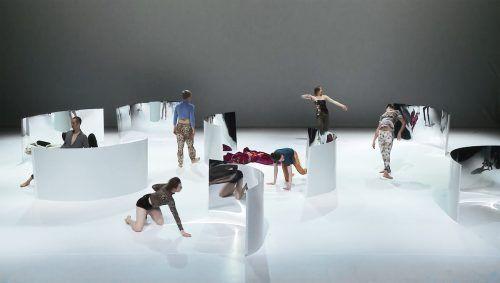 """Szene aus """"Stranger than Paradise"""" der österreichischen Performancegruppe Liquid Loft von Chris Haring und Stephanie Cumming. tanz ist"""