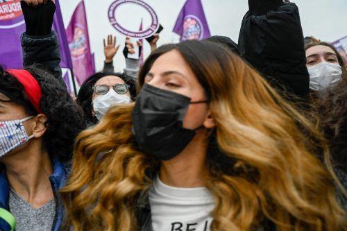 Tausende Menschen gingen in der Türkei gegen die Entscheidung auf die Straße. AFP