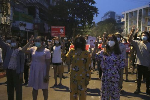 Trotz der anhaltenden Gewalt gegen sie geben die Demonstranten in Myanmar nicht auf. Die Aufnahme zeigt eine Protestaktion in Yangon. AP