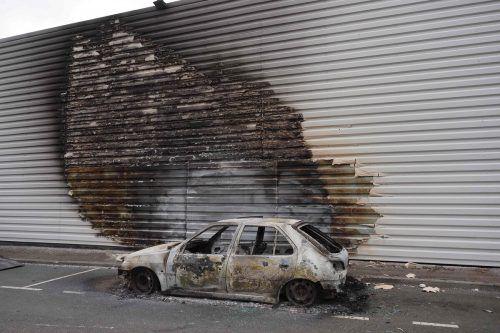 Unter anderem haben Randalierer mehrere Autos angezündet. AFP