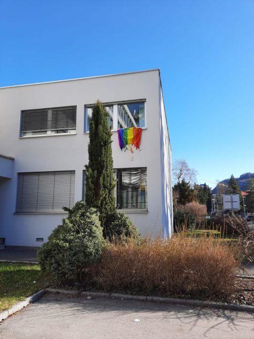 Vandale am Diözesanhaus: Fahne wurde angezündet.Junge Kirche/Schmidle