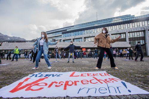 Vor dem Landhaus tanzten rund 100 Aktivisten mit Abstand und FFP2-Masken. VN/Steurer