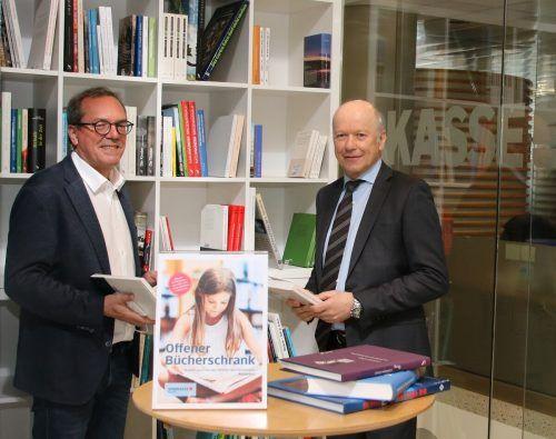 Vorstandsvorsitzender Christian Ertl (r.) und Marketingleiter Arno Sprenger freuen sich über die Literarische Ecke im Foyer ihrer Bank.Sparkasse