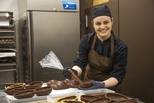 Zsòfi ist stolz auf ihr Tageswerk in der Schokoladenmanufaktur Xocolat. VN/Paulitsch