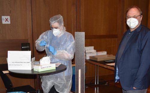 Zum Start der Aktion ging der Lauteracher Bürgermeister Elmar Rhomberg mit gutem Beispiel voran und ließ sich ebenfalls testen.stp