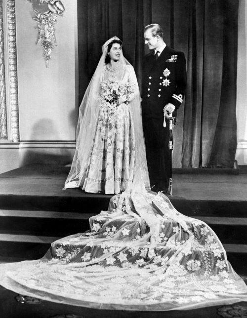 1947 Prinzessin Elizabeth und Prinz Philip treten vor den Traualtar.