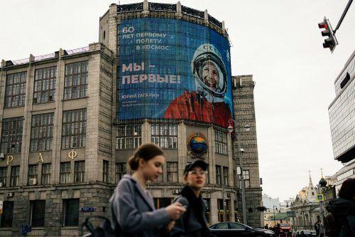 60 Jahre nach dem ersten Flug eines Menschen ins Weltall feiert Russland Juri Gagarin, etwa auf diesem großen Plakat in Moskau. AFP