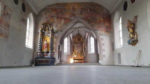 Als Pate der wertvollen Fresken, Altäre oder Figuren kann jeder mithelfen, die alte Kirche in Götzis wieder auf Vordermann zu bringen. Mäser
