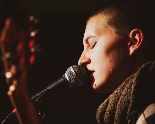 Als Sängerin möchte Nnella ihre Stimme nutzen, um mehr Bewusstsein für die Themen sexuelle Grenzverletzung, Respekt und Konsens zu schaffen. Yohana Papa Onyango