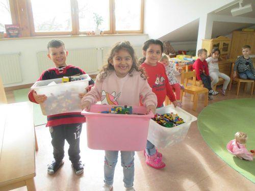 """Am Beginn der Fastenzeit wurde der Kindi """"spielzeugfrei"""" gemacht. Die Kinder funktionierten in der Folge Alltagsmaterialien zu Spielzeug um.Gemeinde"""
