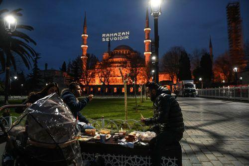 Am ersten Tag des Ramadan teilen sich Muslime in Istanbul Iftar - das Mahl, das nach Sonnenuntergang eingenommen wird.AFP