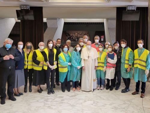 Am Karfreitag besuchte der Papst die Impfstelle für Arme und Obdachlose im Vatikan. Dort begrüßte er die Ärzte und die Krankenschwestern. AFP