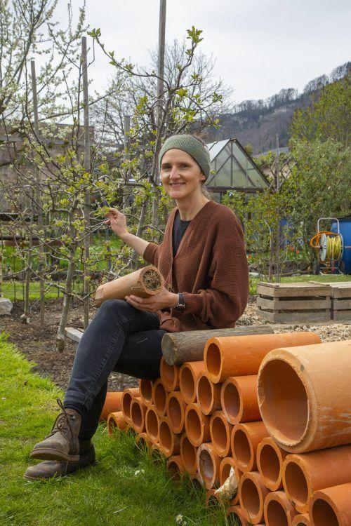 Anja Burtscher-Marte und ihre Töchter Mari Rosa und Seraphina setzen auf naturnahes Gärtnern. Dazu gehören heimische Pflanzen wie Beinwell (u.).