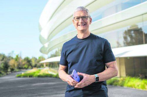 Apple-CEO Tim Cook präsentierte auch das IPhone 12 in Fliederfarbe.  Reuters
