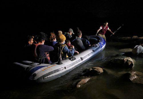 Asylsuchende Familien erreichen den US-Staat Texas. Mit dem Schlauchboot haben sie von Mexiko aus den Rio Grande überquert. Reuters
