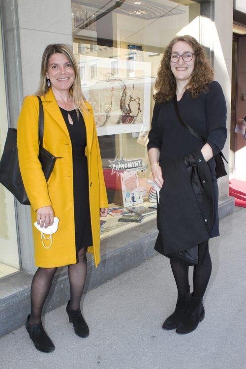 Auch Britta Bildstein (l.) und Anna Kühne kamen zur Lesung.