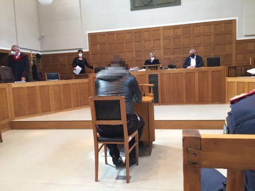 Auch vor Gericht konnte der Angeklagte kein konkretes Motiv angeben, warum er dem Passanten ein Messer in den Bauch rammte. VN/GS