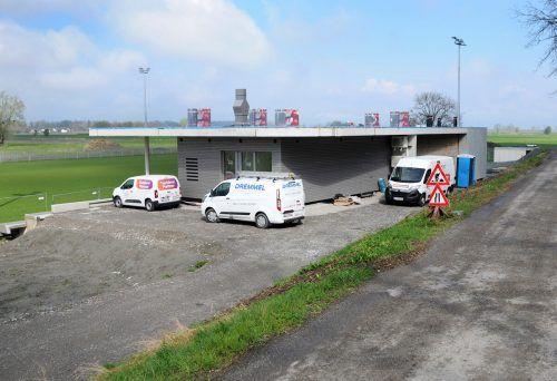 Auf dem Dach des Clubheims des SV Gaißau an der neuen Sportstätte entsteht ein Solarkraftwerk mit Bürgerbeteiligung. ajk