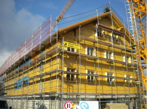 Auf der neuen Wohnanlage in Schwarzenberg wurde der Firstbaum aufgezogen.
