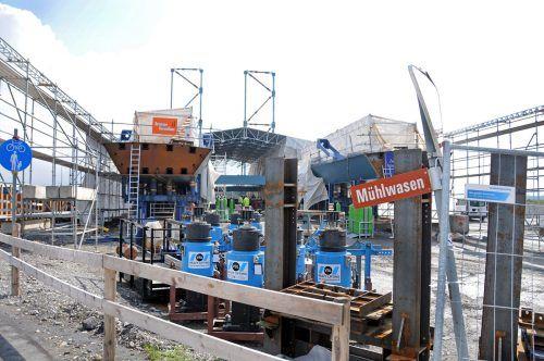 Brückenteile werden für Vorschub vorbereitet.