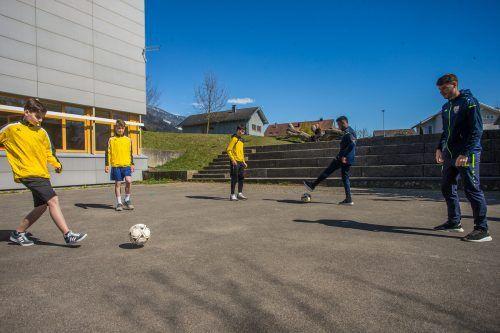 Auf ein Spiel mit den Altach-Profis Mario Stefel (rechts) und Nosa Edokpolor.Steurer/2, Luggi Knobel/5