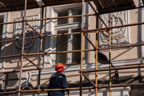 Bei der Gebäudesanierung ist ein guter Ratgeber gefragt. Shutterstock