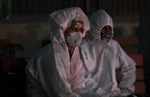 Bei einer Einäscherung in Neu-Delhi trauern Angehörige um einen geliebten Menschen, der mit Covid19 verstorben ist. AFP