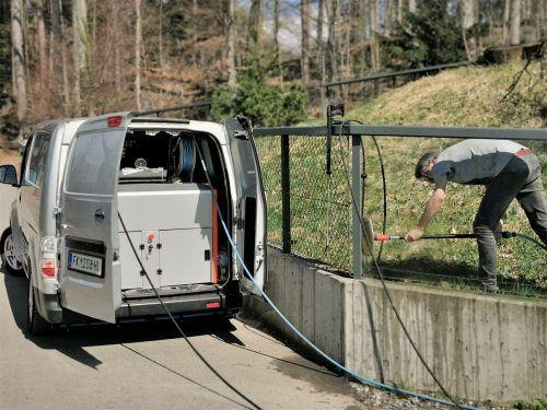 Beim Frühjahrsputz im Wildpark kam ein Hochdruckreiniger zum Einsatz, der ruckzuck den Schmutz und Staub von den Gehegen gewaschen hat.Wildpark