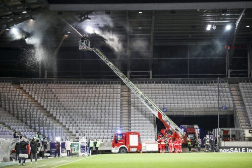 Beim Spiel zwischen Wacker Innsbruck und Austria Klagenfurt musste die Feuerwehr ausrücken.orf
