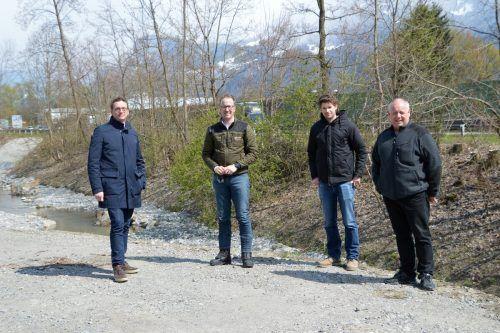 Bgm. Markus Giesinger mit LR Christian Gantner, Daniel Bergmann (Landeswasserbauamt) und Jürgen Schmid vom Bauamt Altach.Gemeinde