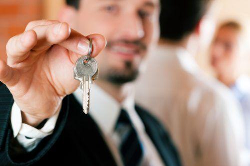 Bis man den Wohnungsschlüssel in der Hand hat, kann mitunter ganz schön viel Geld auf das Maklerkonto fließen.Shutterstock