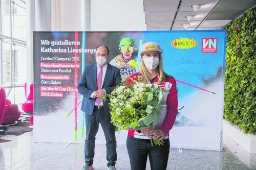 Blumen für die Slalomkönigin der Weltcupsaison 2020/21. Katharina Liensberger mit VN-Chefredakteur Gerold Riedmann vor dem von ihr handsignierten Plakat.Steurer/4