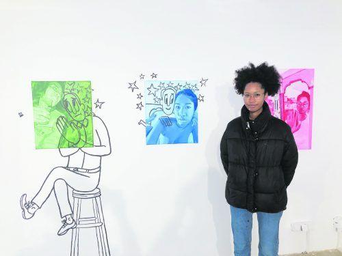Brittany Tucker vor einer Art Triptychon, das die Geschichte einer Nacht und des Morgens danach erzählt.VN/hf